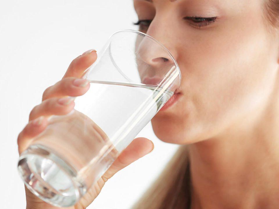 Wellwasser Wasser trinken hilft beim Abnehmen